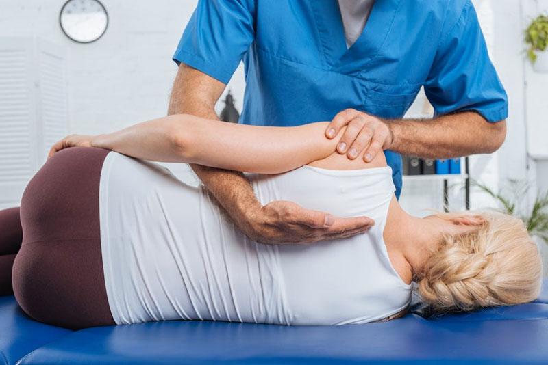 Chiropractic-doctor-care-patient